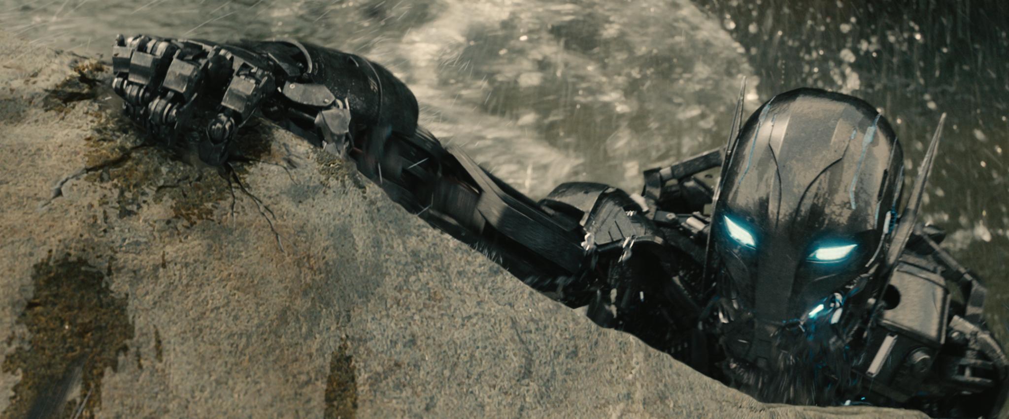 Einer von vielen kleinen Ultrons streckt seine Roboterklaue nach den Avengers aus