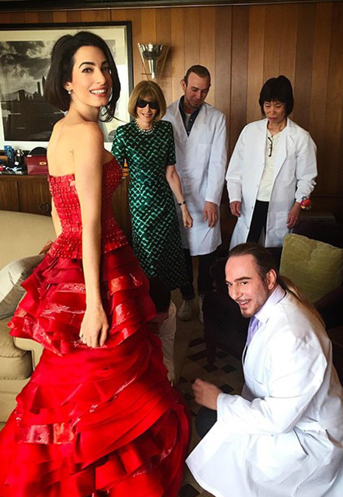Fitting des Kleides von Amal Clooney durch John Galliano.