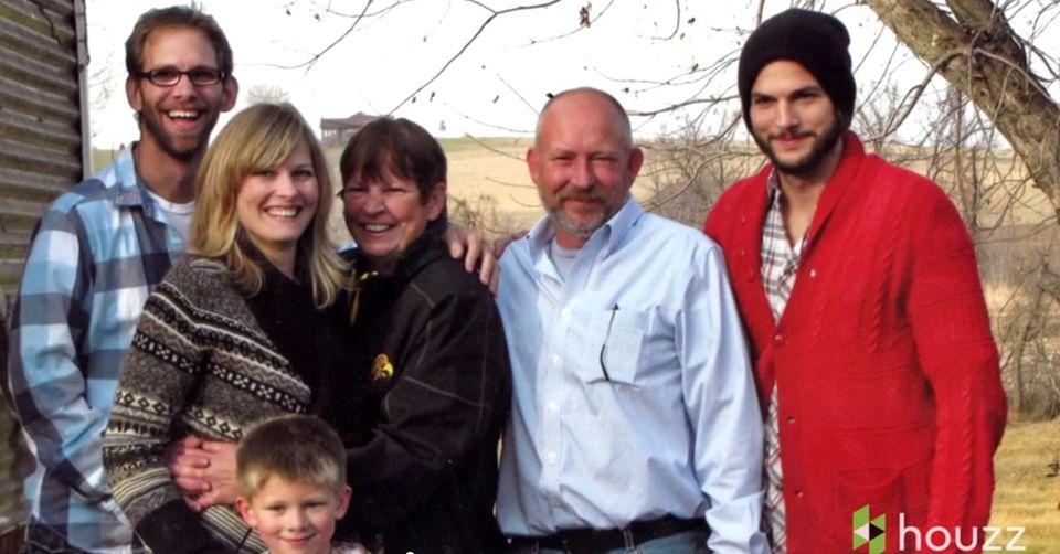 Ashton Kutcher mit seiner Mutter Diane, Stiefvater Mark und seinen Geschwistern Michael und Tausha