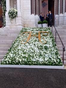 Vor und in der Kathedrale ist wunderschöner Blumenschmuck in weiß angebracht.