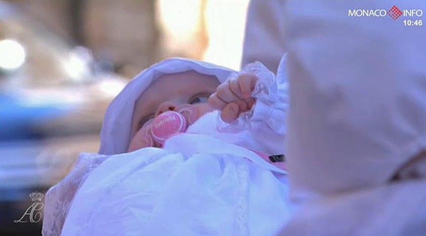 Bei genauerem Hinschauen erkennt man ein süßes Detail: Prinzessin Gabriella trägt einen rosa Schnuller mit ihrem Namen drauf.