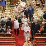 Beim Auszug aus der Kirche nehmen Fürst Albert und Fürstin Charlène die ersten Glückwunsche entgegen.