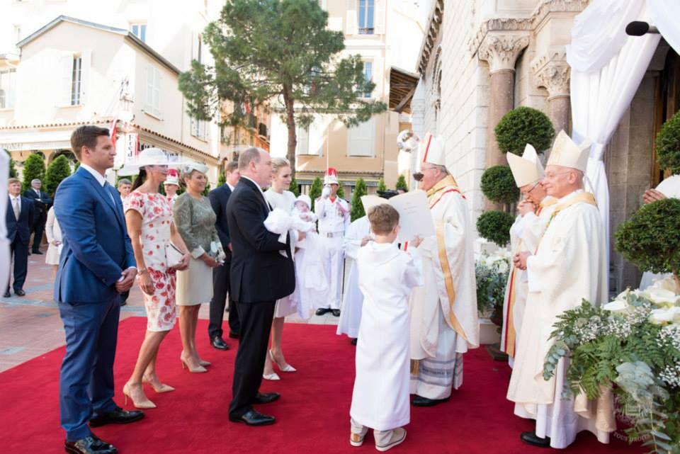 Gefolgt von den vier Paten betritt das Fürstenpaar - mit den Zwillingen auf dem Arm - die Kathedrale.