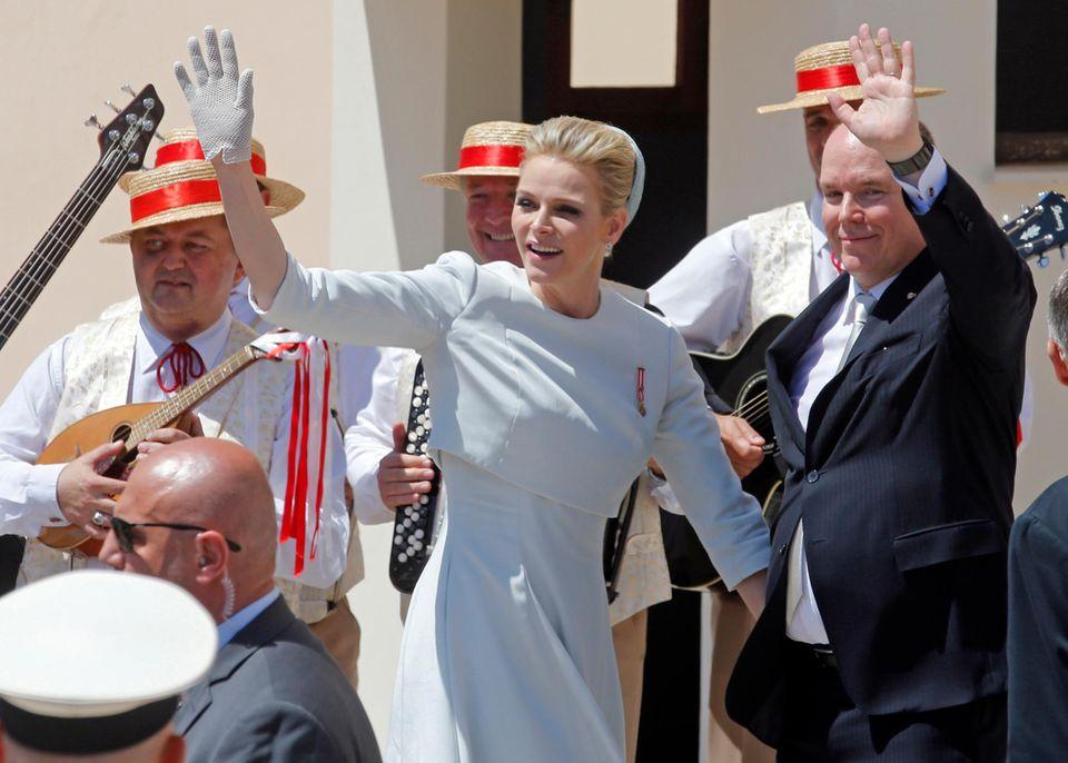 Noch ein Blick aufs Kleid der Fürstin: Hut und Handschuhe passen, ebenso wie die Perlohrringe, perfekt zusammen.