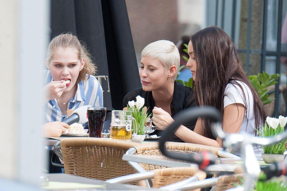 Sara, Lisa und Jüli sind längst ausgeschieden, müssen deshalb nicht so viel für die Liveshow proben und dürfen sich in Mannheim Eis, Kola und Bier genehmigen.