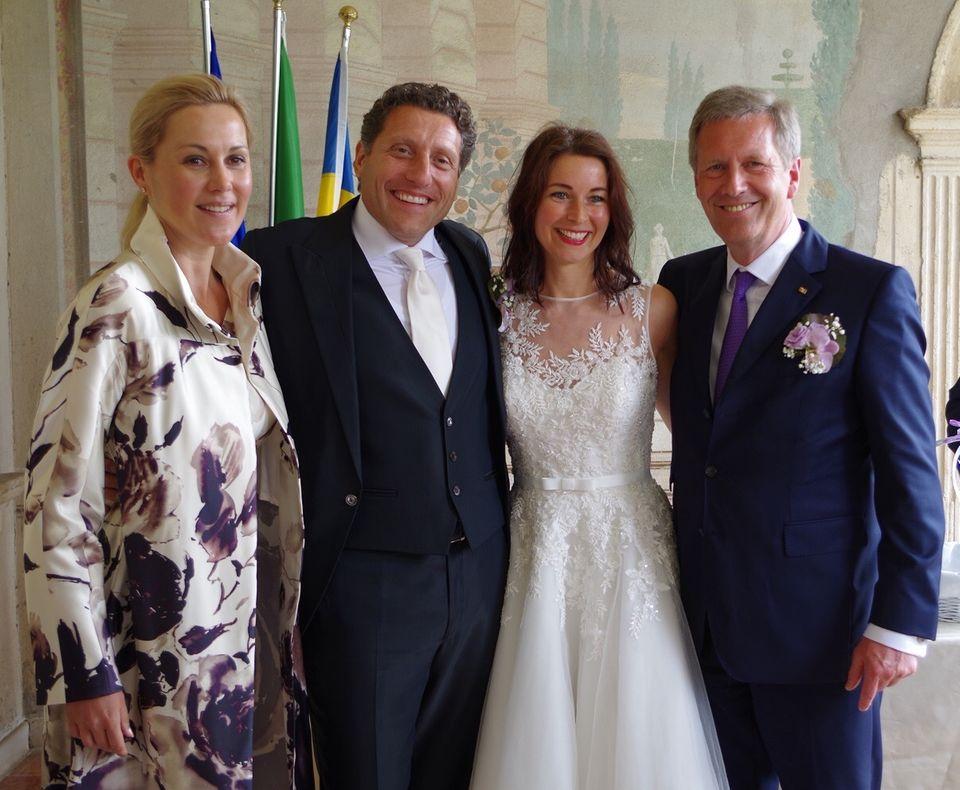 Wieder happy: Bettina und Christian Wulff mit dem befreundeten Hochzeitspaar.