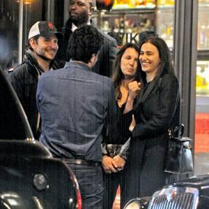 Mai 2015   Noch schnell ein Plausch: Bradley Cooper und Irina Shayk verbringen gerne Zeit mit Freunden.