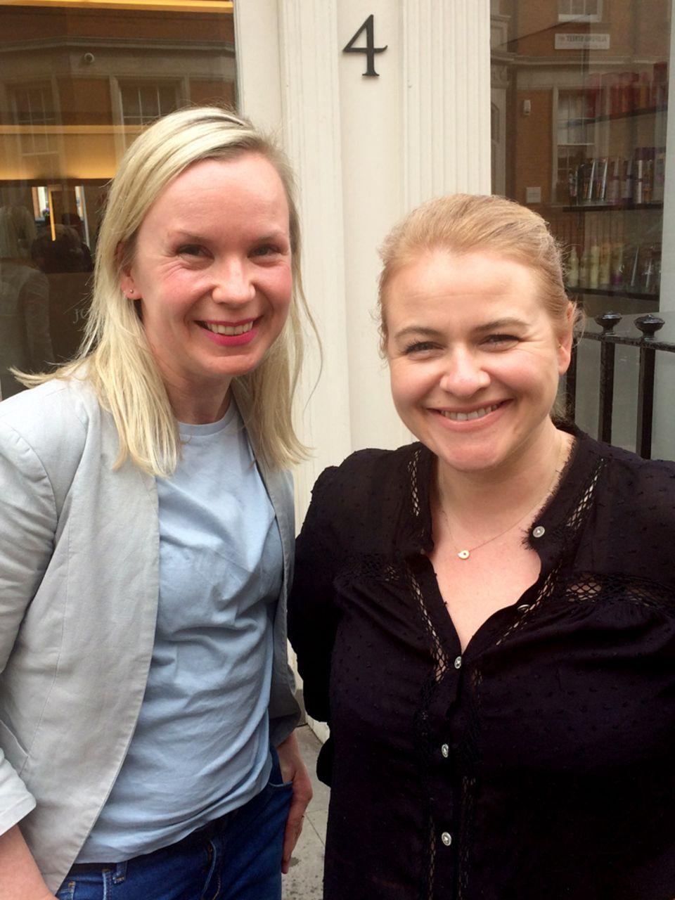 """""""Gala""""-Beauty- Redakteurin Judith Kriener (l.) und Nicola Clarke vor der Blond-Session"""