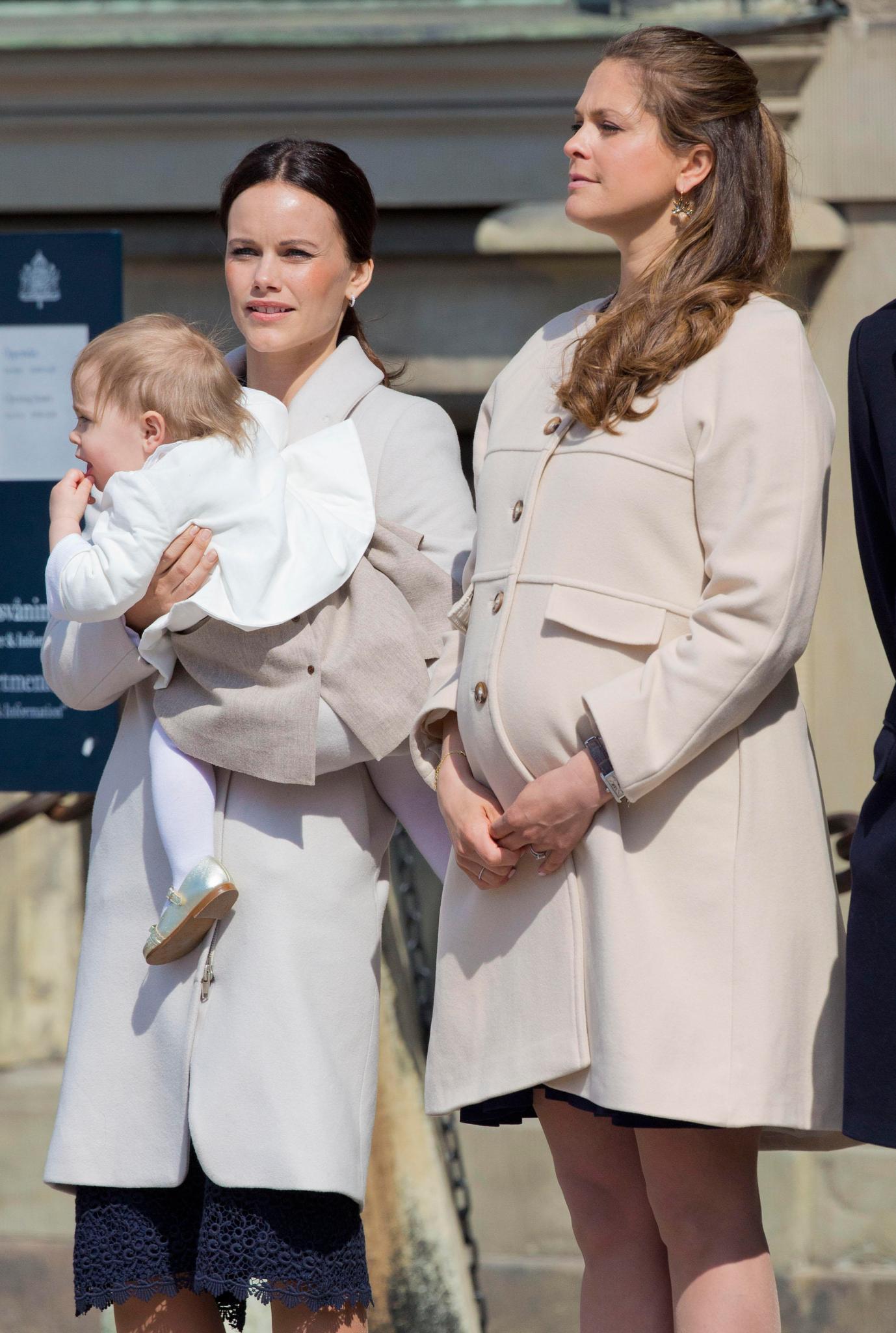 Bei König Carl Gustafs Geburtstag schnappte sich Sofia Madeleines einjährige Tochter Leonore. Mit der Kleinen kommt sie prima klar.