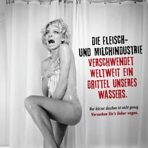 """Erneut unterstützt Pamela Anderson die Tierrechtsorganisation. Um gegen die Wasserverschwendung bei der Fleischproduktion zu kämpfen, stellte sie eine Szene aus """"Psycho"""" nach."""