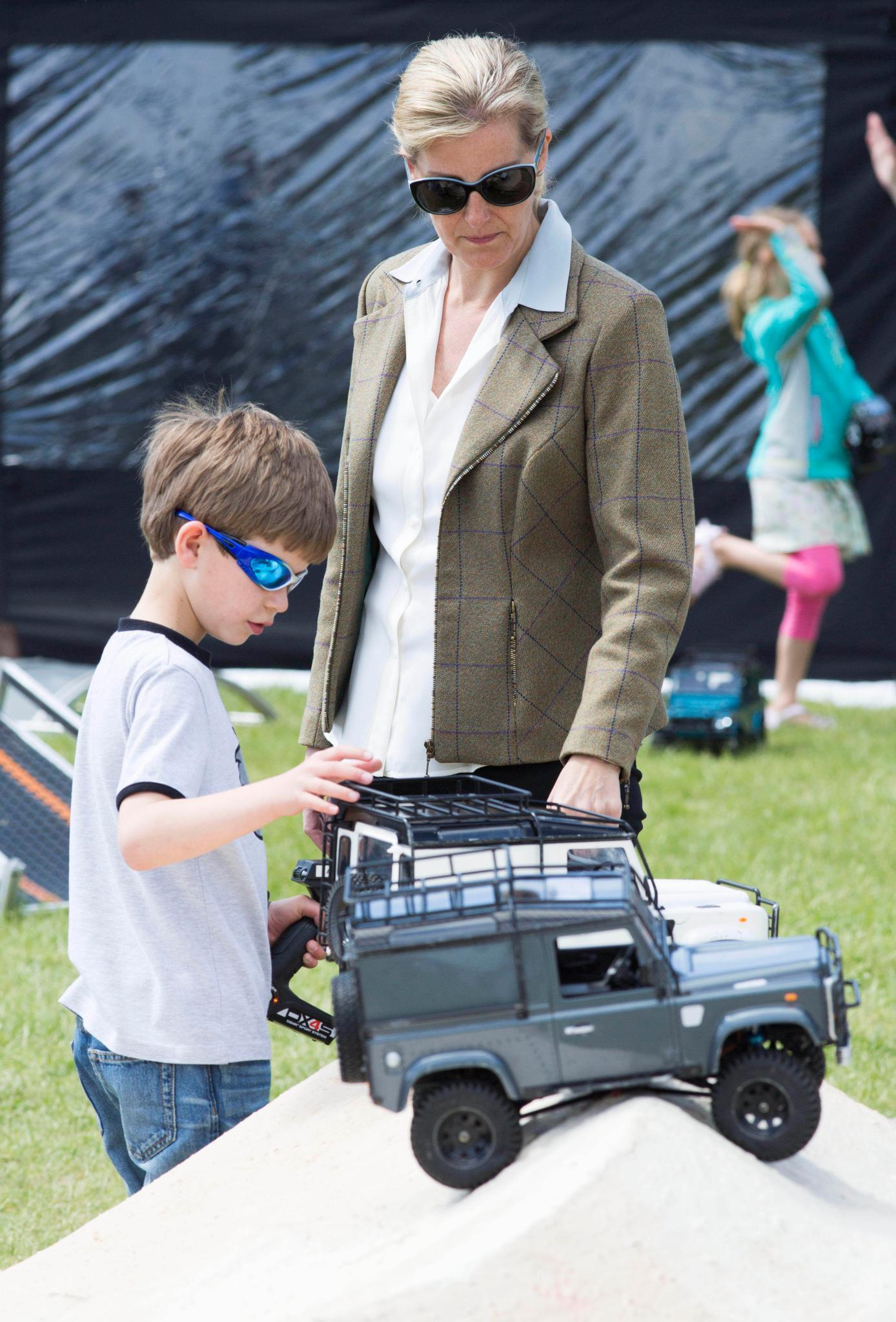 Hinter der verspiegelten Sonnenbrille verbirgt sich James, das jüngste Enkelkind von Queen Elizabeth. Er interessiert sich aber wohl mehr für hochmotorige Pferdestärken als für vierbeinige ...
