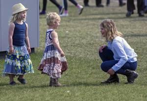 Lady Louise tollt mit Isla und Savannah Phillips über den Rasen.