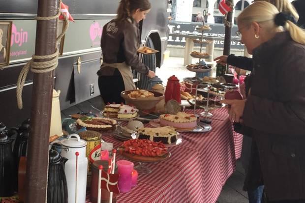 Die Fans erwartete eine leckere Kuchenauswahl - das gab es noch bei keimem royalen Besuch in der Hansestadt!