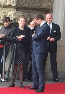Zwei Schirme werden für Prinz Frederik ud Prinzessin Mary bereitgehalten - für den Fall, dass es doch noch regnet.
