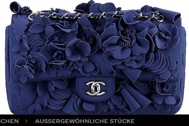 """Die Pattentasche aus Neopren mit Kamelien-Stickerei wird von Chanel in der Kategorie """"Aussergewöhnliche Stücke"""" und ohne Preisangabe geführt. Hoffentlich gefällt Mama Irmerlin das auffällige Design."""