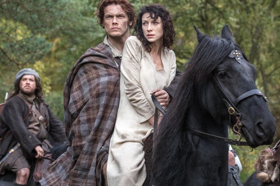 Unfreiwillig zusammen auf ein Pferd gesetzt: Jamie (Sam Heughan) und Claire (Caitriona Balfe)