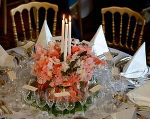Die Tische im Bankettsaal sind prächtig dekoriert.