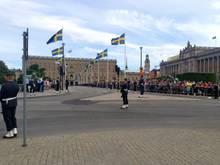 Die Stockholmer warten auf die Kutsche mit dem Brautpaar.