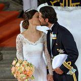 Zwei Küsse tauschte das Brautpaar außerhalb der Kapelle.