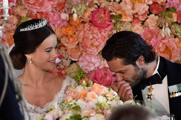 Auch beim Bankett zeigt das Neu-Ehepaar Emotionen.