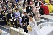 Gemeinsam tritt das Paar vor den Altar.