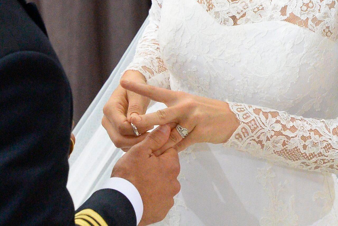 Mit kleinen Schwierigkeiten werden die Ringe getauscht.