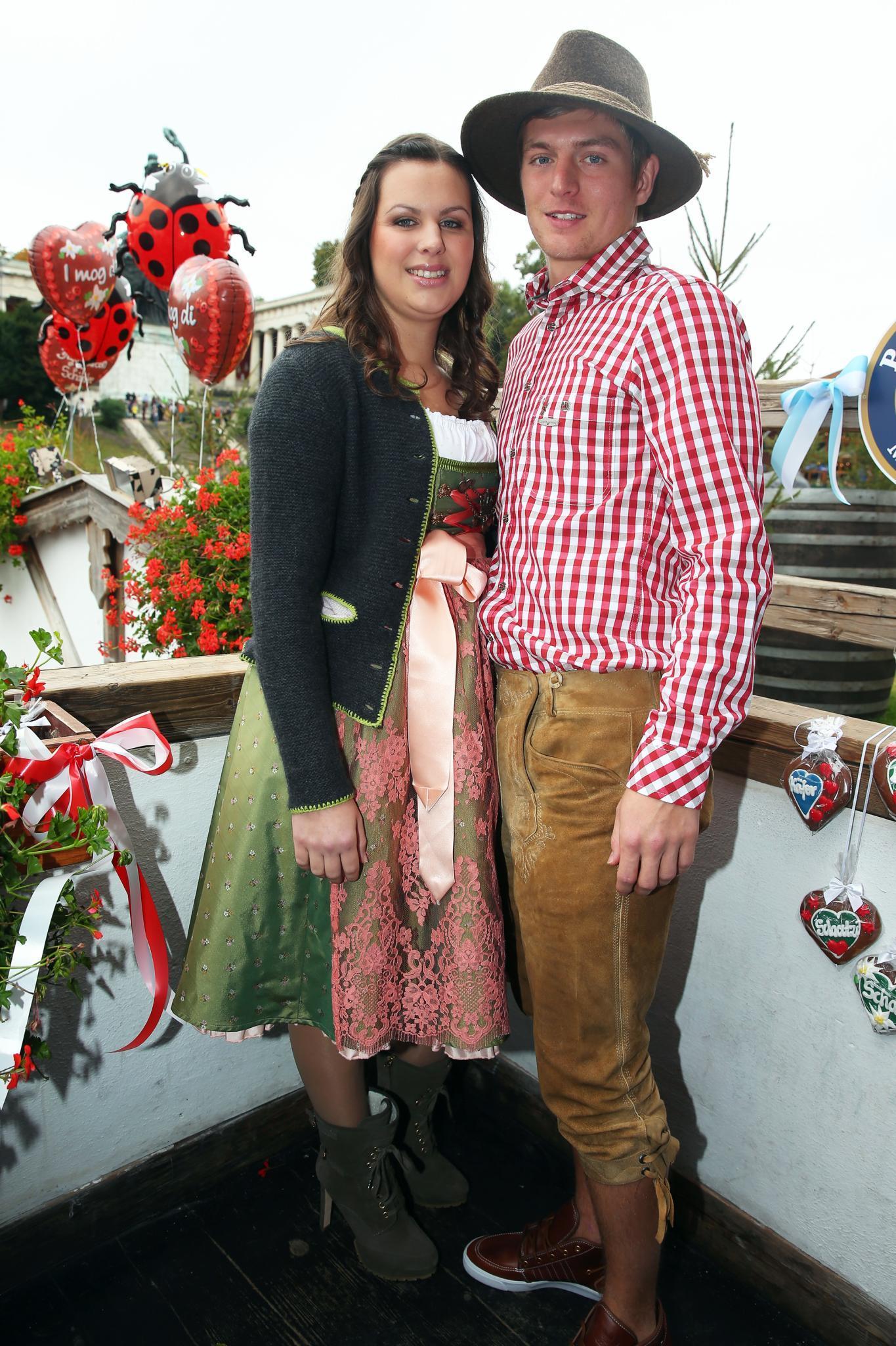 """Auf seiner Website schreibt Toni Kroos: """"Meine Freundin Jessica und ich sind seit 2008 zusammen. Sie ist die größte Unterstützung außerhalb des Fußballs und ein wichtiger Rückhalt für mich."""" Das Paar hat einen Sohn namens Leon."""