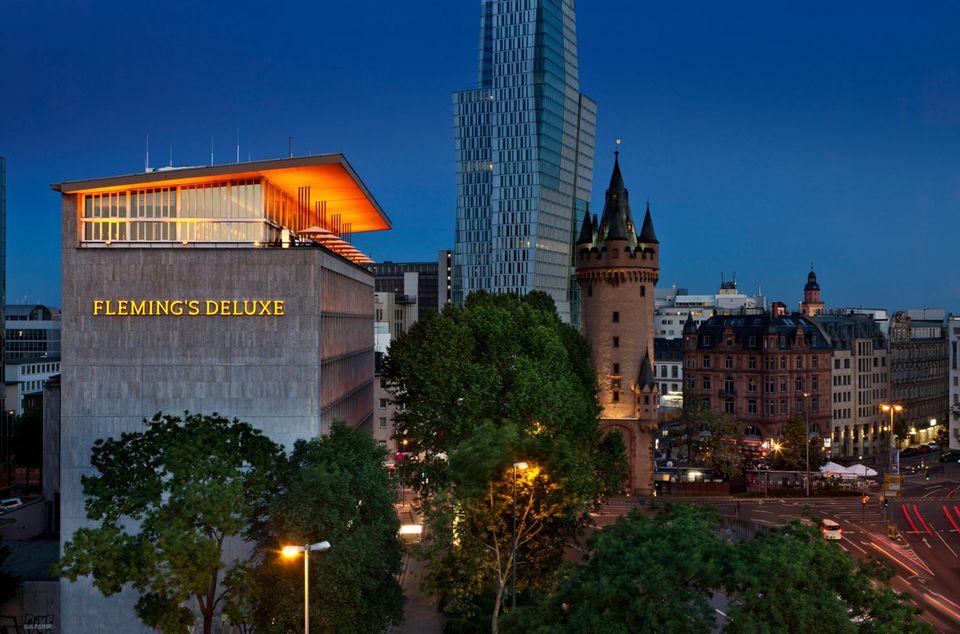 """Mit dem Paternoster geht es hoch hinaus in den """"Fleming Club"""". Von dort kann man eine tolle Aussicht über Frankfurt genießen - und ein paar Drinks versteht sich!"""