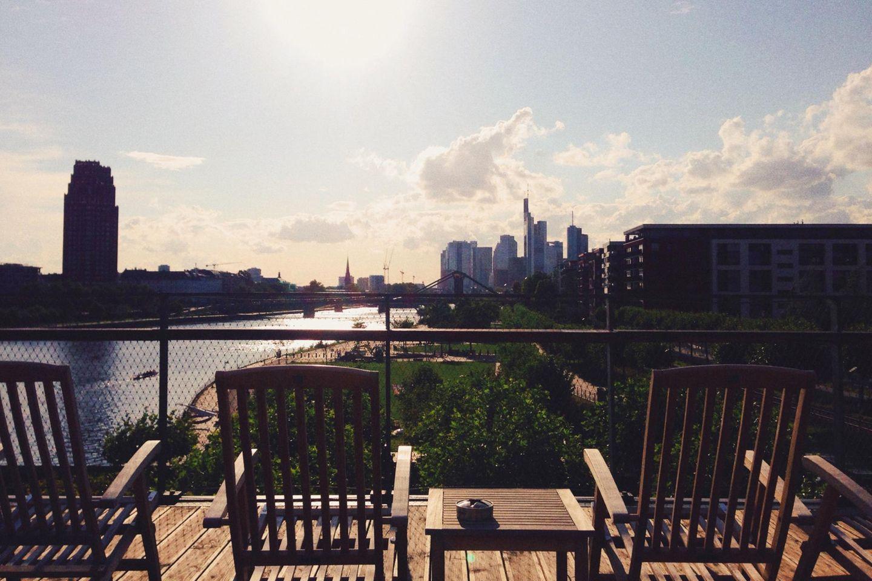 """Mit Blick auf den Main und die Skyline: Das """"Oosten"""" ist die wohl schönste Dachterrasse der Stadt!"""