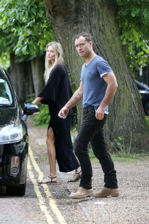 Jude Law und Phillipa Coan auf dem Weg zum Auto. Ist sie seine Neue?