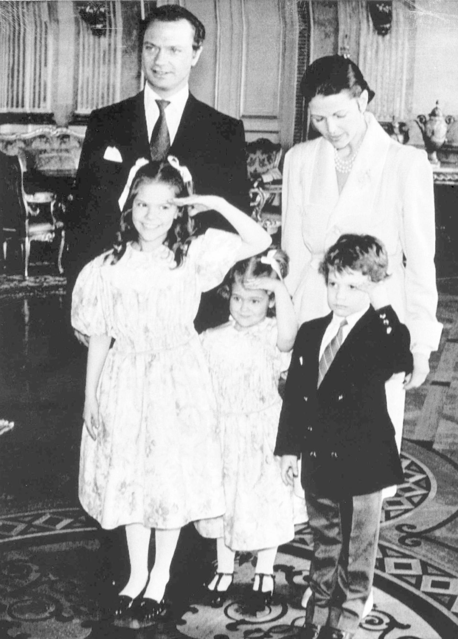 Die drei Königskinder stehen in ihrer Kindheit und Jugend häufig im Mittelpunkt des Interesses. Auftritte mit Schlips und Anzug gehören für Carl Philip dazu.