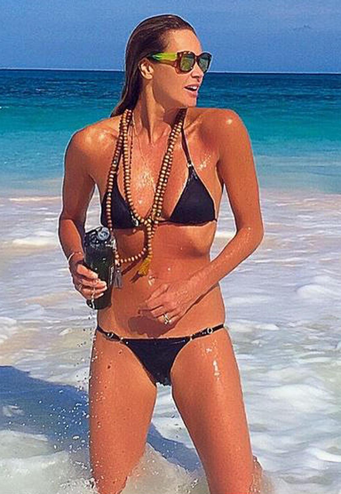 Supermodel Elle Macpherson präsentiert sich im knappen Bikini und zeigt ihren makellosen Body. In Hollywood kann sie ihren jungen Kolleginnen mit dieser Figur bei Weitem das Wasser reichen.