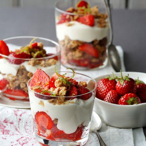 Erdbeer-Kokos-Trifle mit Ingwerstreuseln