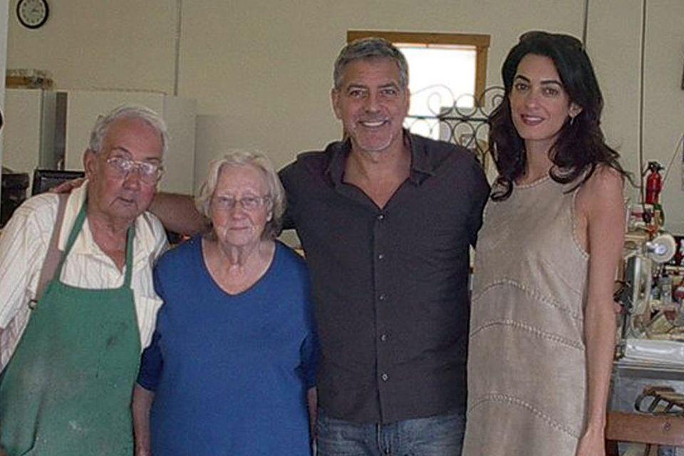 George und Amal Clooney mit den Besitzern seiner Lieblingsbäckerei.