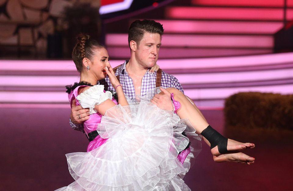 Matthias Steiner muss seine Partnerin Ekaterina Leonova von der Tanzfläche tragen, nachdem sie sich verletzt hat.