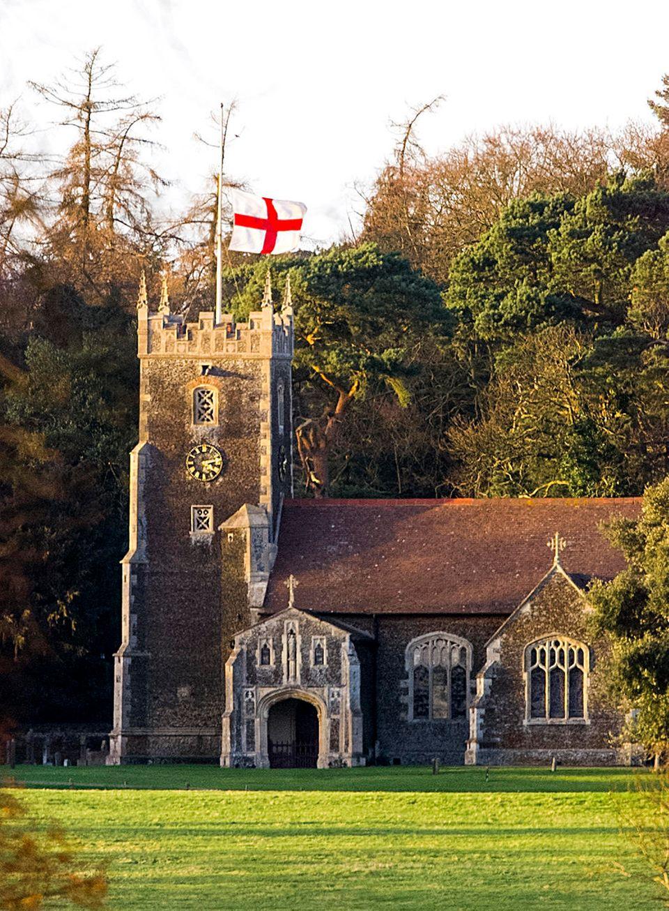 """""""St. Mary's Magdalene"""" liegt auf dem Gelände von Schloss Sandringham. Hierhin gehen die Windsors traditionell gemeinsam zum Weihnachtsgottesdienst."""