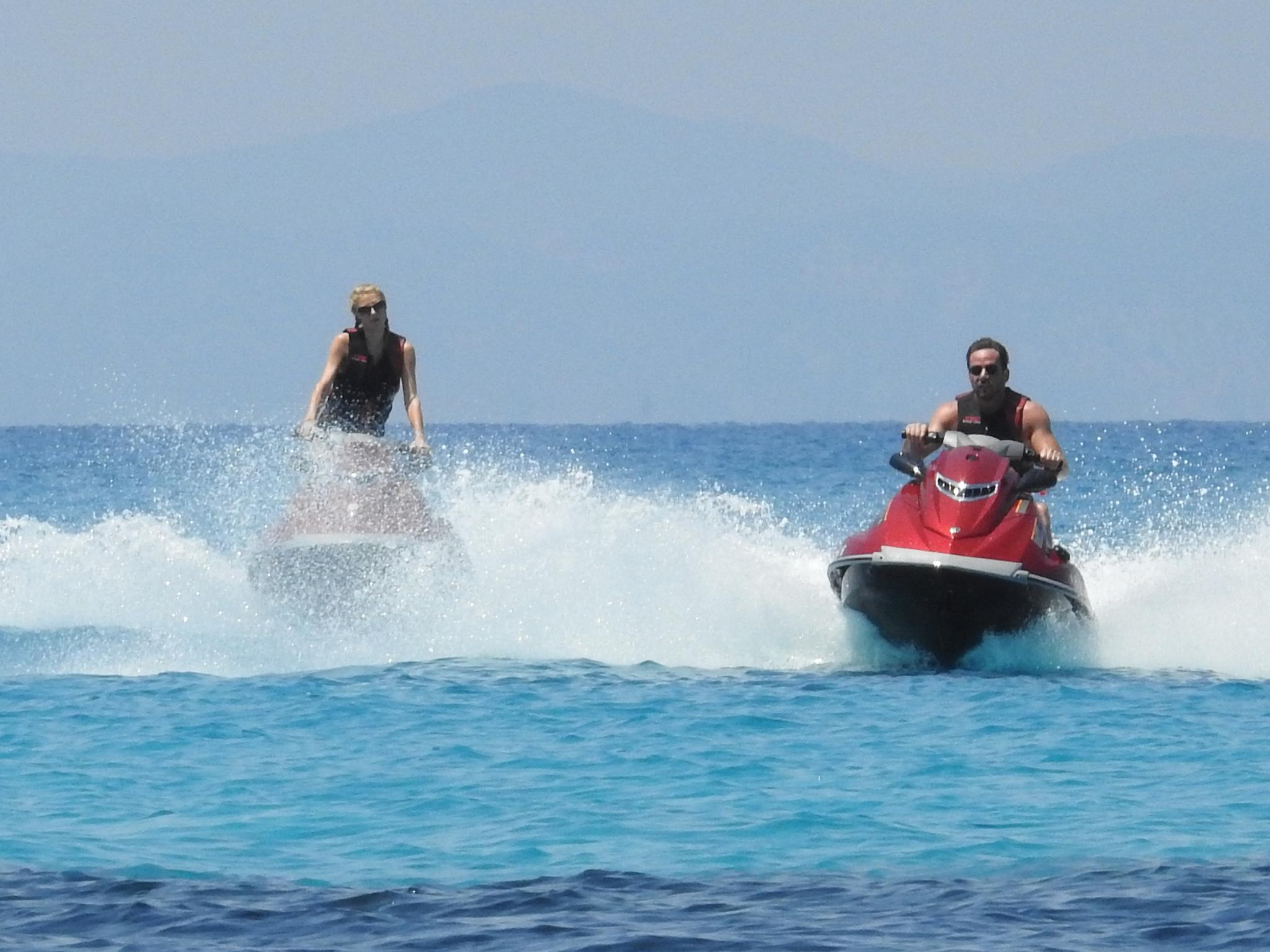 Paris Hilton und Hans Thomas Gross genießen den Tag auf dem Wasser.