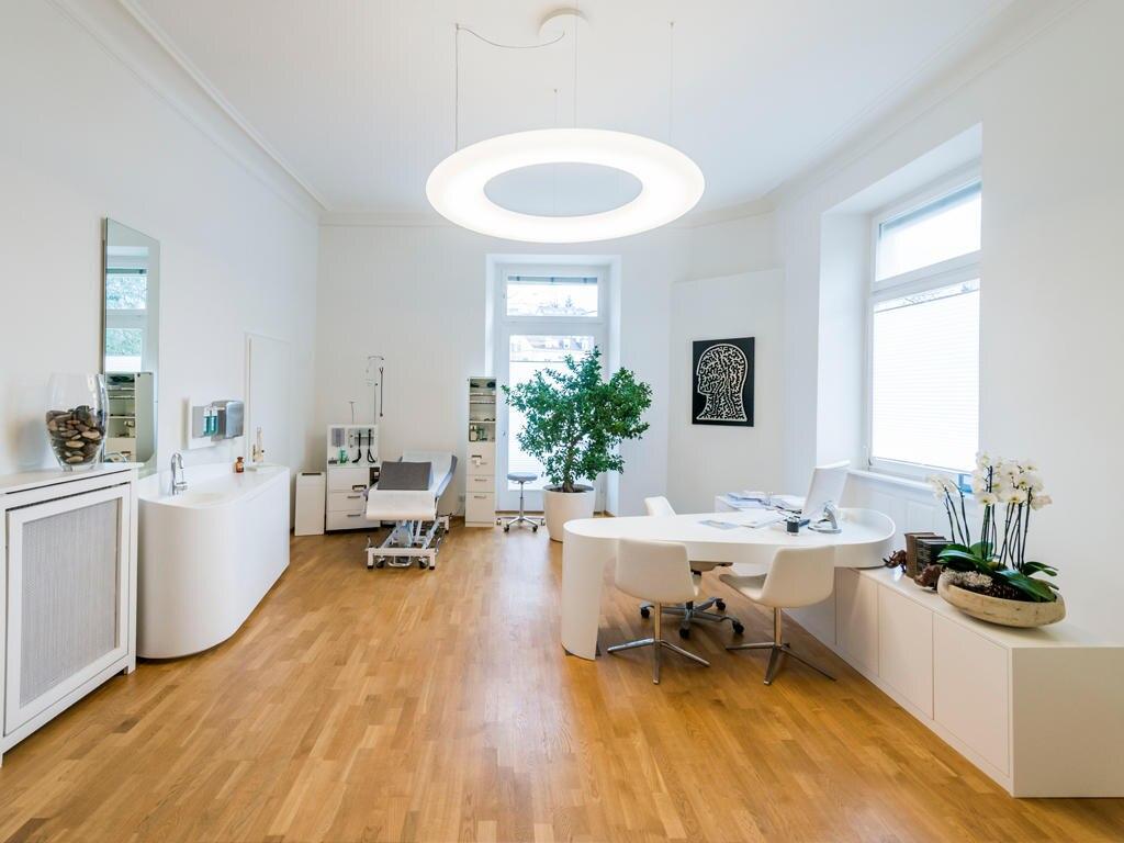 Erhellend: Das Konzept in der Praxis von Dr. Harry König in Baden- Baden umfasst u. a. Diagnostik, Ernährungsberatung und Vitalstofftherapie (Kosten abhängig von der jeweiligen Therapie)