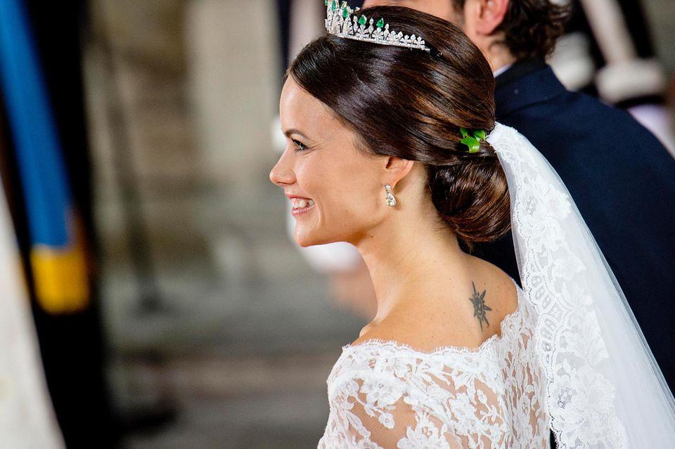 Niedlicher Kontrast zum romantischen Spitzenkleid: Sofias Tattoo blitzt hervor.