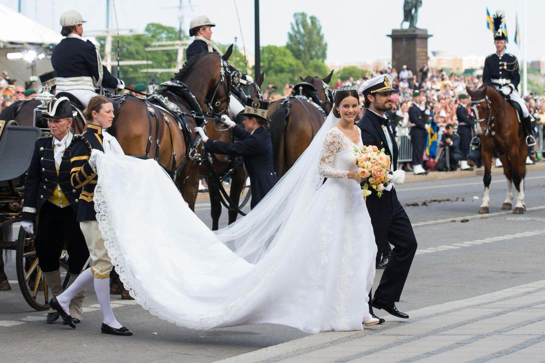 Für diese lange Schleppe braucht Prinzessin Sofia helfende Hände.