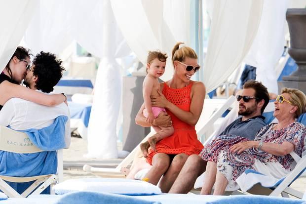 Michelle Hunziker verbringt mit ihrer Familie einen Strandtag in Forte dei Marmi.