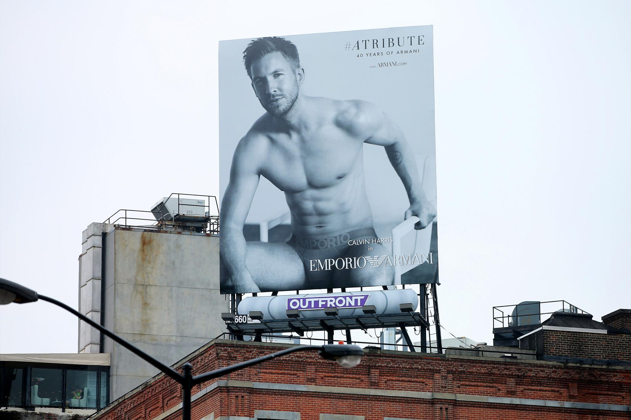 """15. Juni 2015: Taylor Swifts sexy Freund und DJ Calvin Harris kann sich über eine große """"Empori Armani""""-Werbetafel in New York freuen und wir uns über diesen Anblick."""