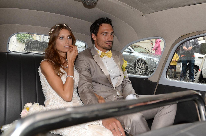 2015: Mats Hummels undCathy Fischer  In einem edlen Oldtimer geht es für das frisch vermählte Paar weiter.