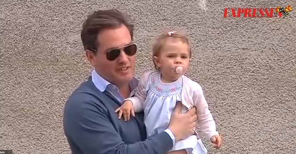 Mit Töchterchen Leonore auf dem Arm ist Papa Chris auf dem Weg ins Krankenhaus zu seinem Sohn und seiner Frau.