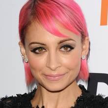 Immer mal wieder was anderes! Nicole Richie setzt derzeit auf jugendliches Pink. Aufpassen sollte sie aber gerade mit ihren feinen Haaren bei radikalen Farbwechseln.