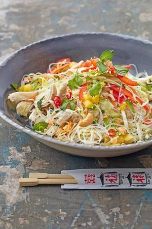 """""""The Taste""""-Gewinnerin Felicitas Then: Kräuter-Glasnudel-Salat mit Hähnchenbrust und Mango"""