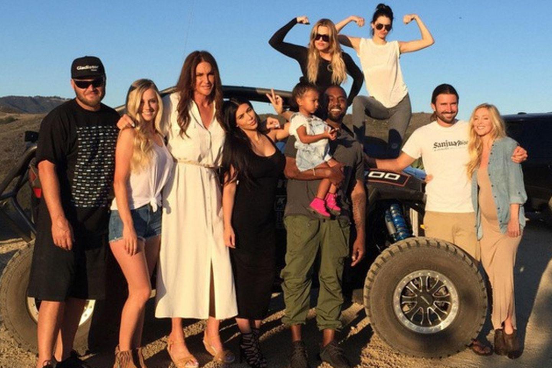 vorn, v. l.: Burt Jenner und Valerie, Caitlyn Jenner, Kim Kardashian, Kanye West und North West, Brandon Jenner und Leah; hinten: Khloe Kardashian (l.), Kendall Jenner