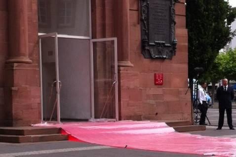 Noch ist Schutzfolie über dem roten Teppich: Frankfurt wartet auf die Queen (die ab heute Mittag die Stadt besucht)