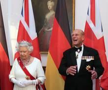 Irgendetwas oder irgendwer hat Prinz Philip zum Lachen gebracht.