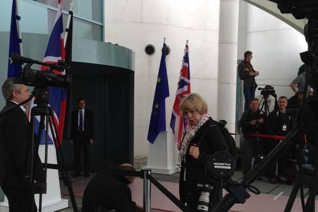 Vorbereitungen: Nach ihrem Besuch beim Bundespräsidenten trifft die #Queen gleich Angela Merkel vorm Bundeskanzleramt